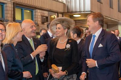 Peter Fetten informs the royal couple about the construction of the Global Class cruise ships. © MV WERFTEN