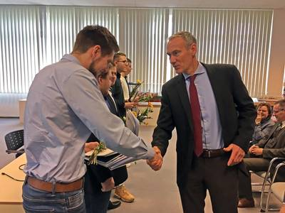 CTO Raimon Strunck congratulates the apprentices for the successful completion (Photo: MV WERFTEN)