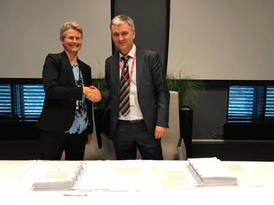 Rannfrid Skjervold (left), vice president supply chain Equinor, and Karl-Erik Johannessen, operations manager Transocean. Photo: Kjetil Eide/ Equinor