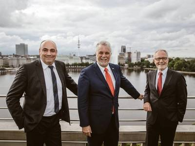 From left to right: Rolf Habben Jansen, CEO of Hapag-Lloyd; Philippe Couillard, Premierminister von Quebec; Anthony J. Firmin, COO of Hapag-Lloyd. Photo: Hapag-Lloyd