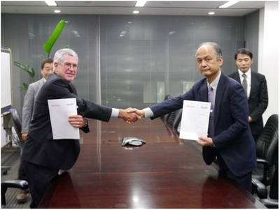 Right: Mr.Yasushi Nakamura (ClassNK), Left: Mr.Warwick Smith (Rio Tinto Iron Ore)
