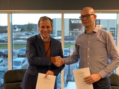 Jon Rysst (L), Senior Vice President and Business Development Leader of DNV GL along with Børge Nova, CEO of Høglund Marine Solutions (R) (Photo: DNV GL)