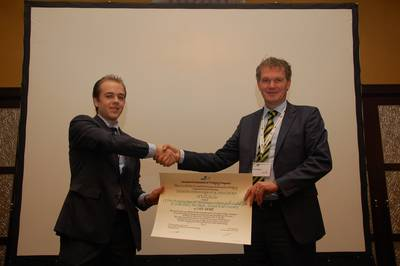Mr. Verschelde (left) receives the IADC Award for the best paper by a Young Author from IADC's Secretary General René Kolman.