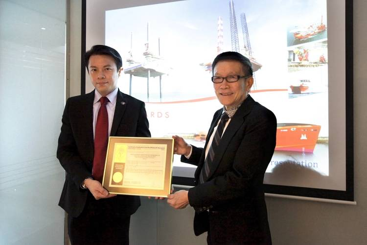 API-2C Certificate Handover Ceremony (L-R: Eric Ho, API Representative, South East Asia & Australia; Lee Kian Soo, Non-Executive and Non-Independent Chairman, Ezra Holdings)
