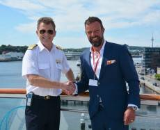 Dr. Dirk Claus (right) welcomes Captain Olav Soevdsnes (Photo:Port of Kiel)