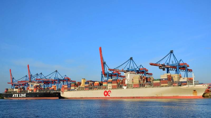 Containervessels at HHLA Container Terminal Altenwerder (Photo: Port of Hamburg)