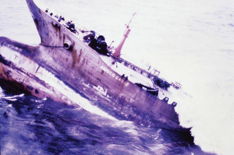 On 21 December 1976, Argo Merchant broke apart and emptied its entire cargo of fuel oil, enough to heat 18,000 homes for a year.