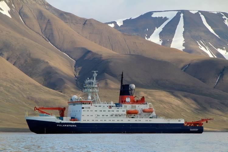 The German polar research vessel Polarstern off the coast of Spitsbergen. (Foto Sebastian Menze)
