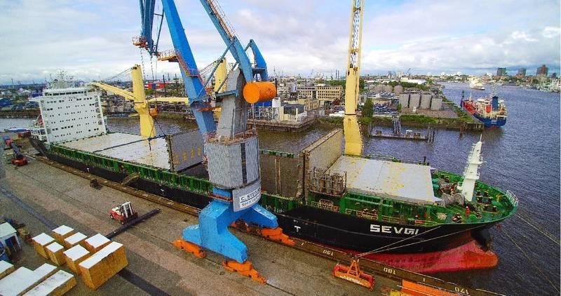 Heavy-load-vessel at Terminal C. Steinweg (Photo: Port of Hamburg)