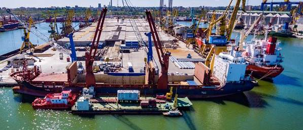 Loading/unloading in Constanta: the vehicle combination consisting of 26 SCHEUERLE InterCombi axle lines safely accommodates the load (Photo: Rontranmar)